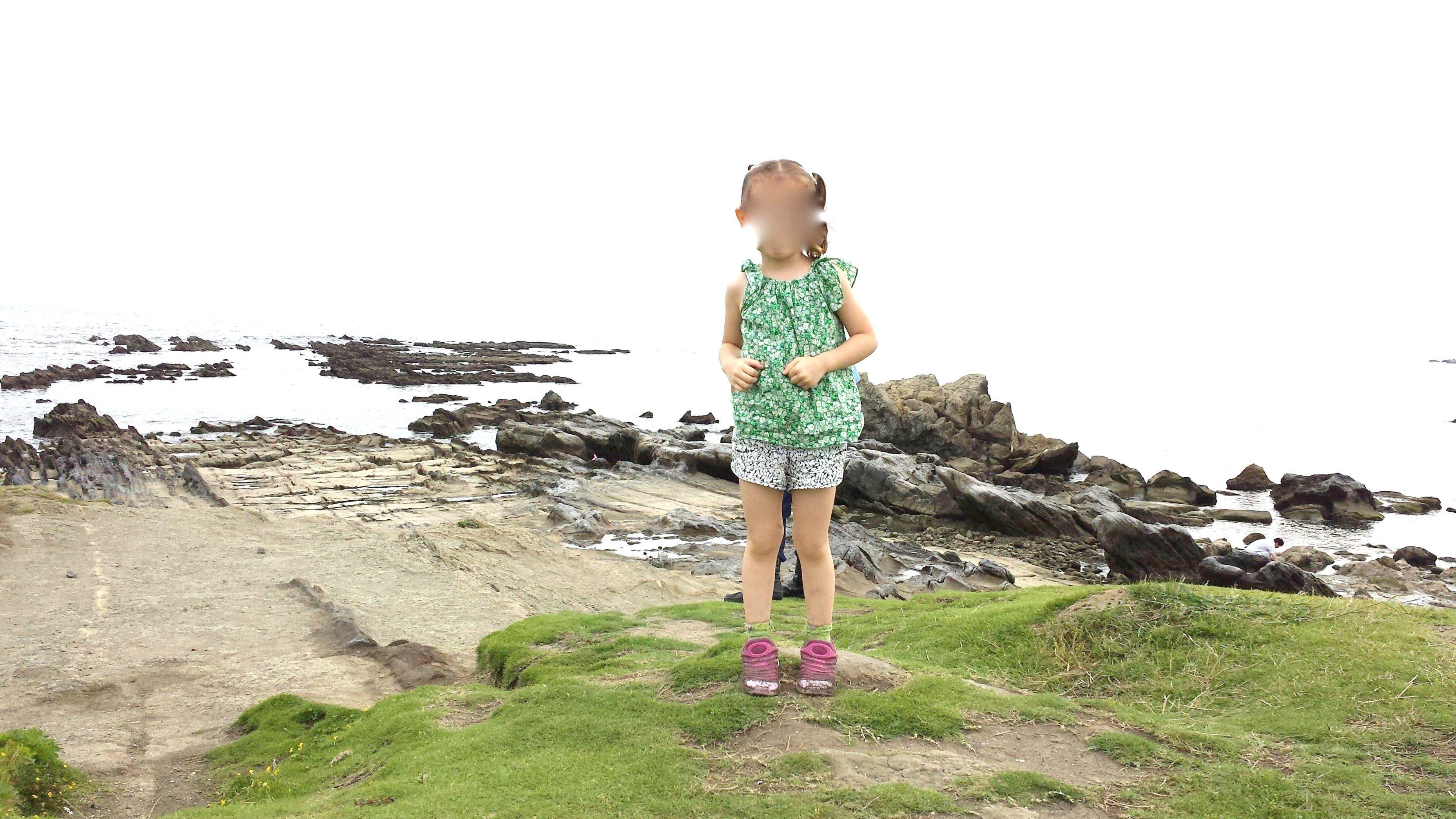 Bambina sulla scogliera