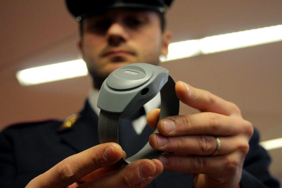 """Ai domiciliari, rompe braccialetto elettronico: """"Meglio il carcere dei parenti"""""""