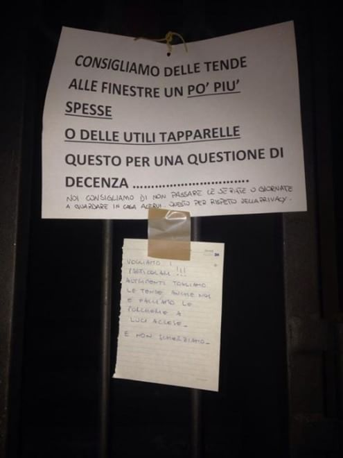 Lite condominiale a suon di cartelli a Torino