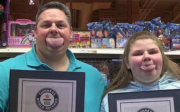 Padre e figlia da record: hanno la lingua più grande del mondo