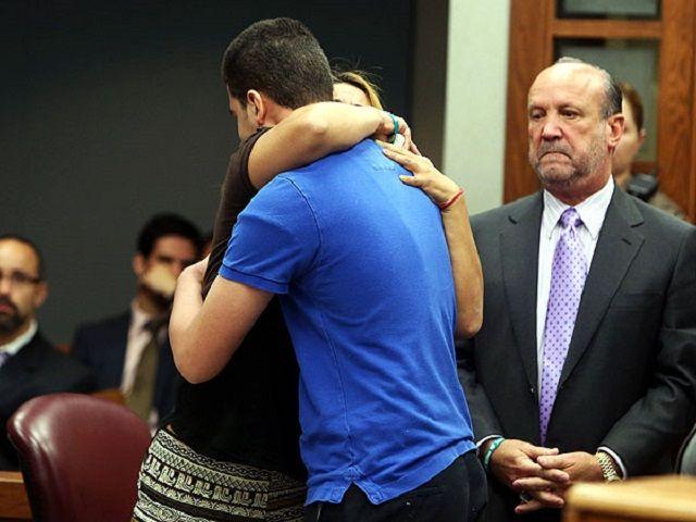 La mamma che abbraccia l'assassino di sua figlia in tribunale