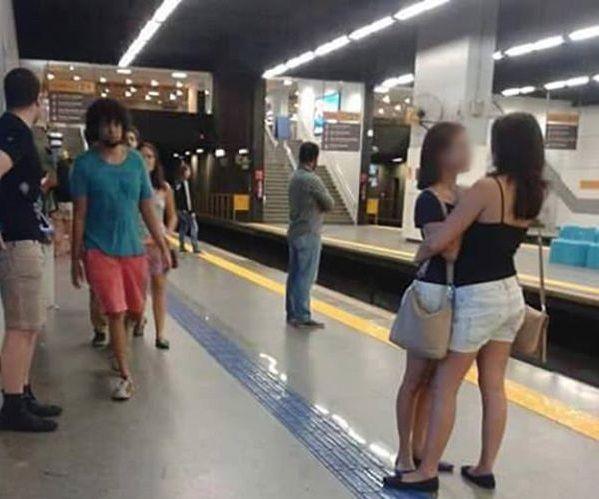 La foto virale che promuove la sicurezza in metro e la tolleranza verso il prossimo