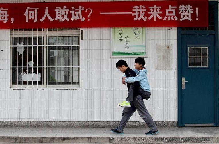 Cina: non può camminare, l'amico lo porta a scuola in spalla da tre anni