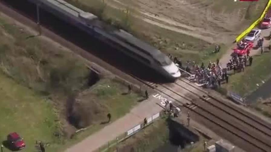 Parigi Roubaix 2015: i ciclisti quasi investiti dal treno