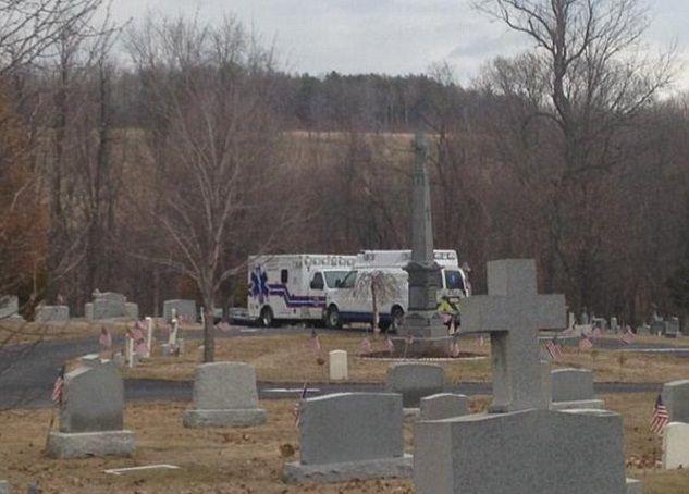 Uomo muore schiacciato dalla tomba della suocera