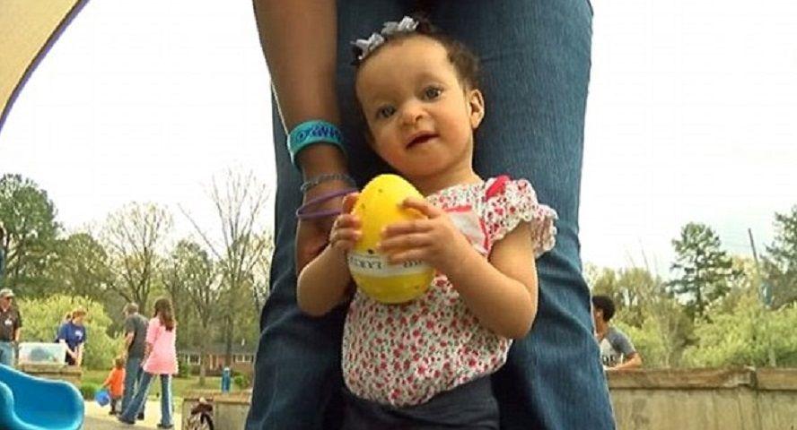 Papà di una bimba cieca inventa un uovo sonoro per farla partecipare alla caccia di Pasqua