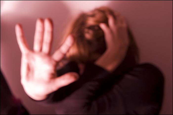 Marito geloso condannato per maltrattamenti: impediva alla moglie persino di lavarsi