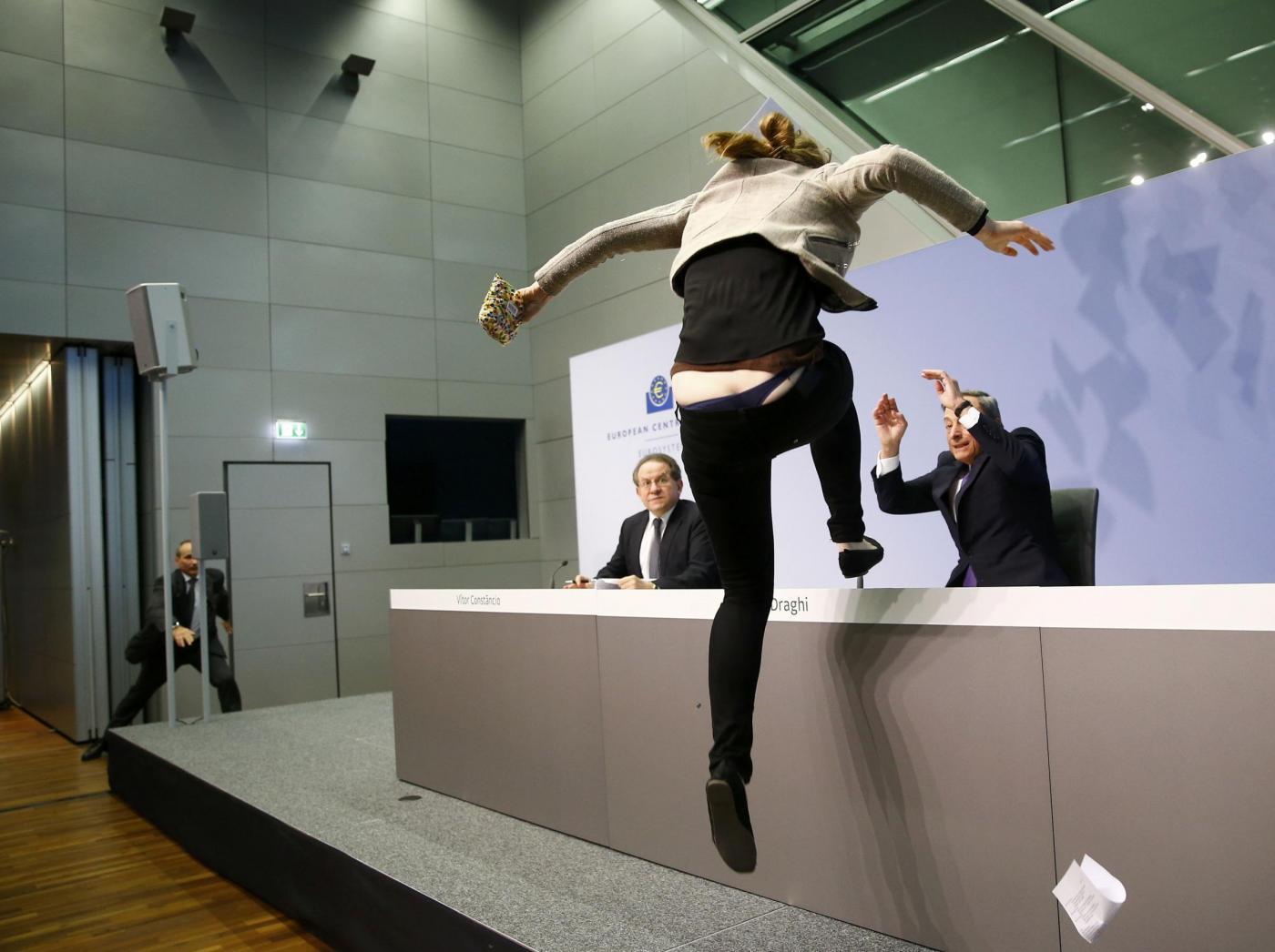 Mario Draghi aggredito da una manifestante durante la conferenza stampa
