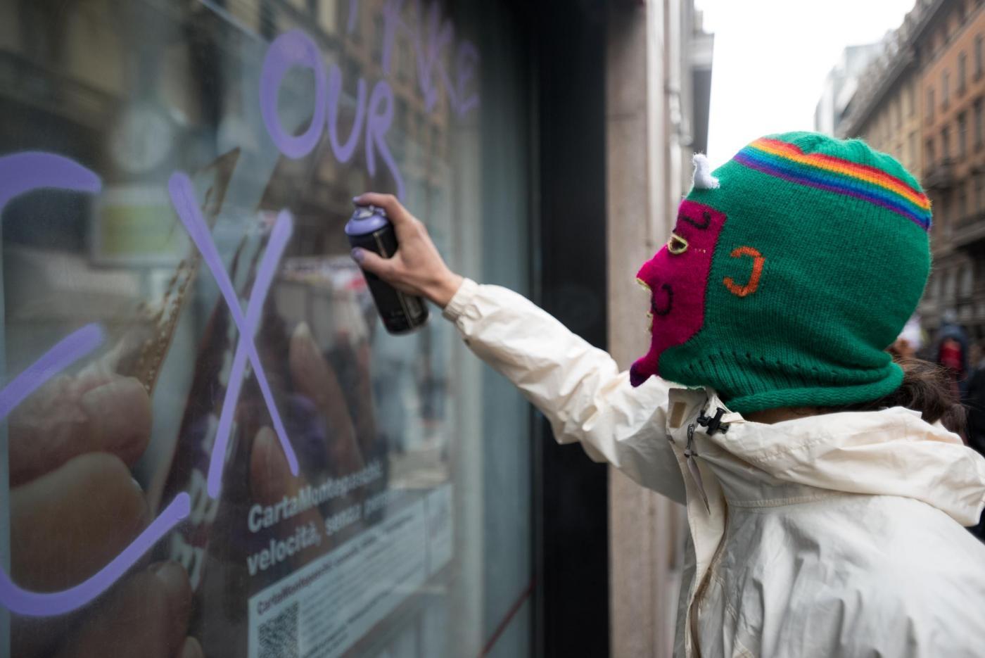 Corteo No Expo a Milano: imbrattati negozi e banche