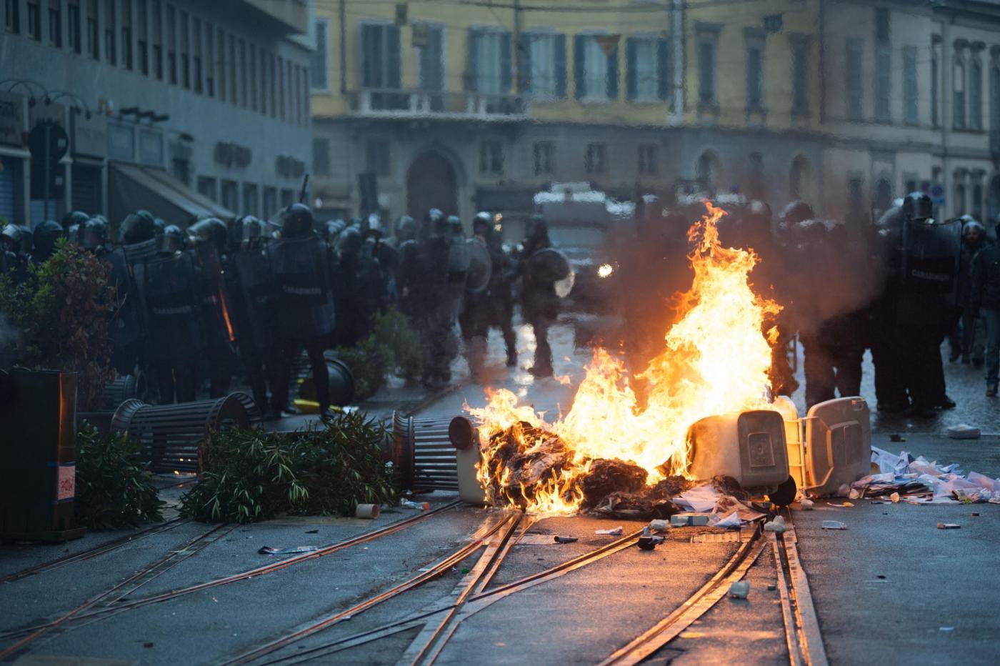 Expo 2015, guerriglia urbana a Milano con molotov e auto in fiamme: i pm indagano per devastazione