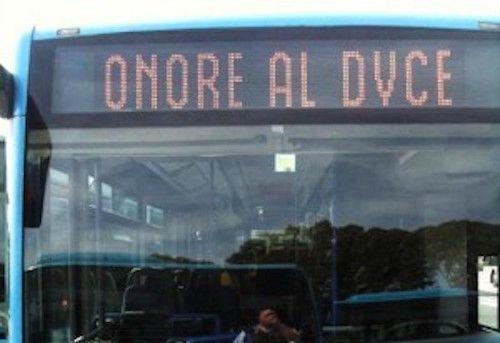 Scrive 'Onore al Duce' sul display dell'autobus e rischia il processo