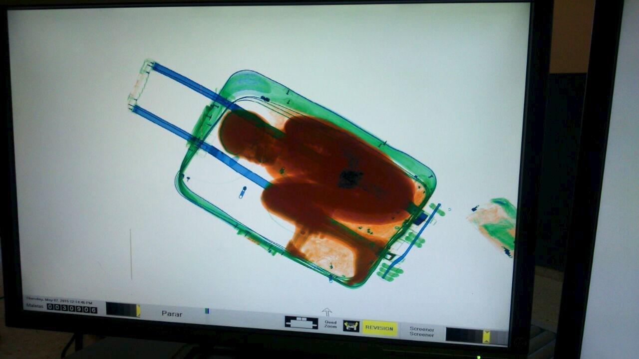 Bambino nascosto in una valigia per entrare in Europa