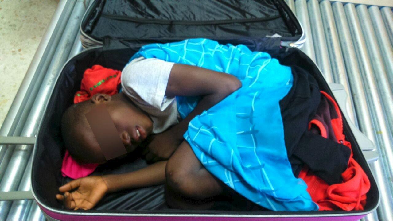 Bambino in valigia