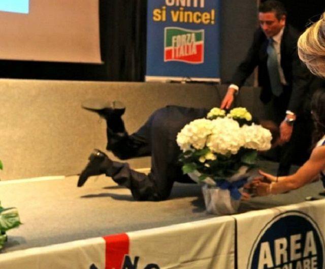 Berlusconi inciampa e cade, poi scherza: ''Colpa della sinistra''
