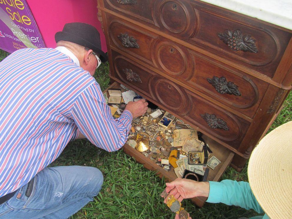 Compra un mobile antico e scopre un tesoro: accade in Texas