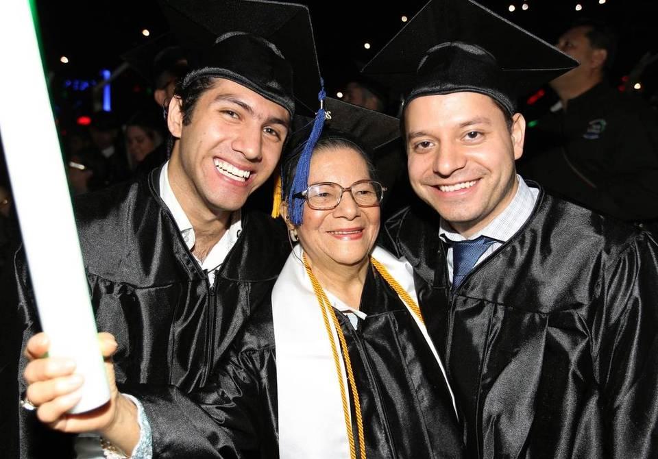 Ha 80 anni e si laurea con lode insieme ai suoi nipoti