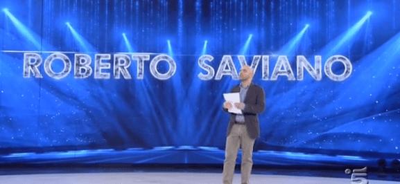 Roberto Saviano di nuovo ospite ad Amici: un flashmob per Dostoevskij in un clima da stadio