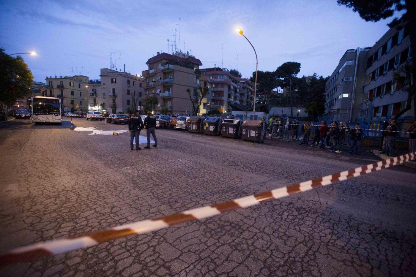 Auto pirata a Roma travolge 9 passanti, una vittima: identificati i 2 minorenni in fuga