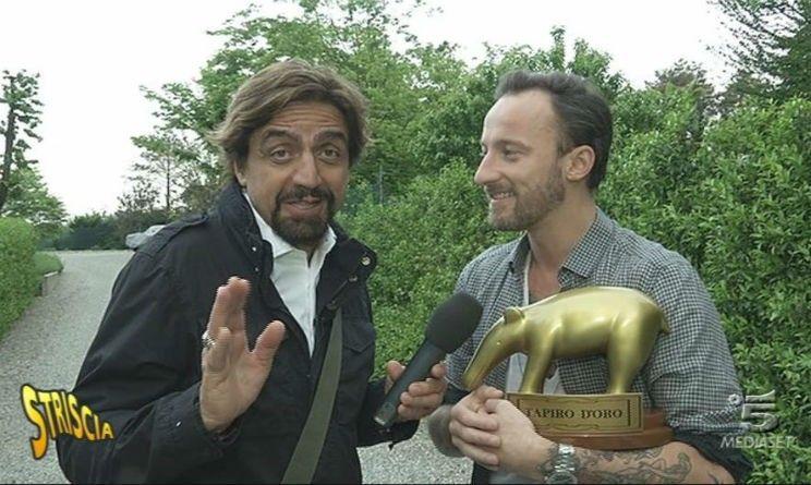Striscia la Notizia: Francesco Facchinetti riceve il Tapiro d'Oro dopo il tatuaggio a The Voice