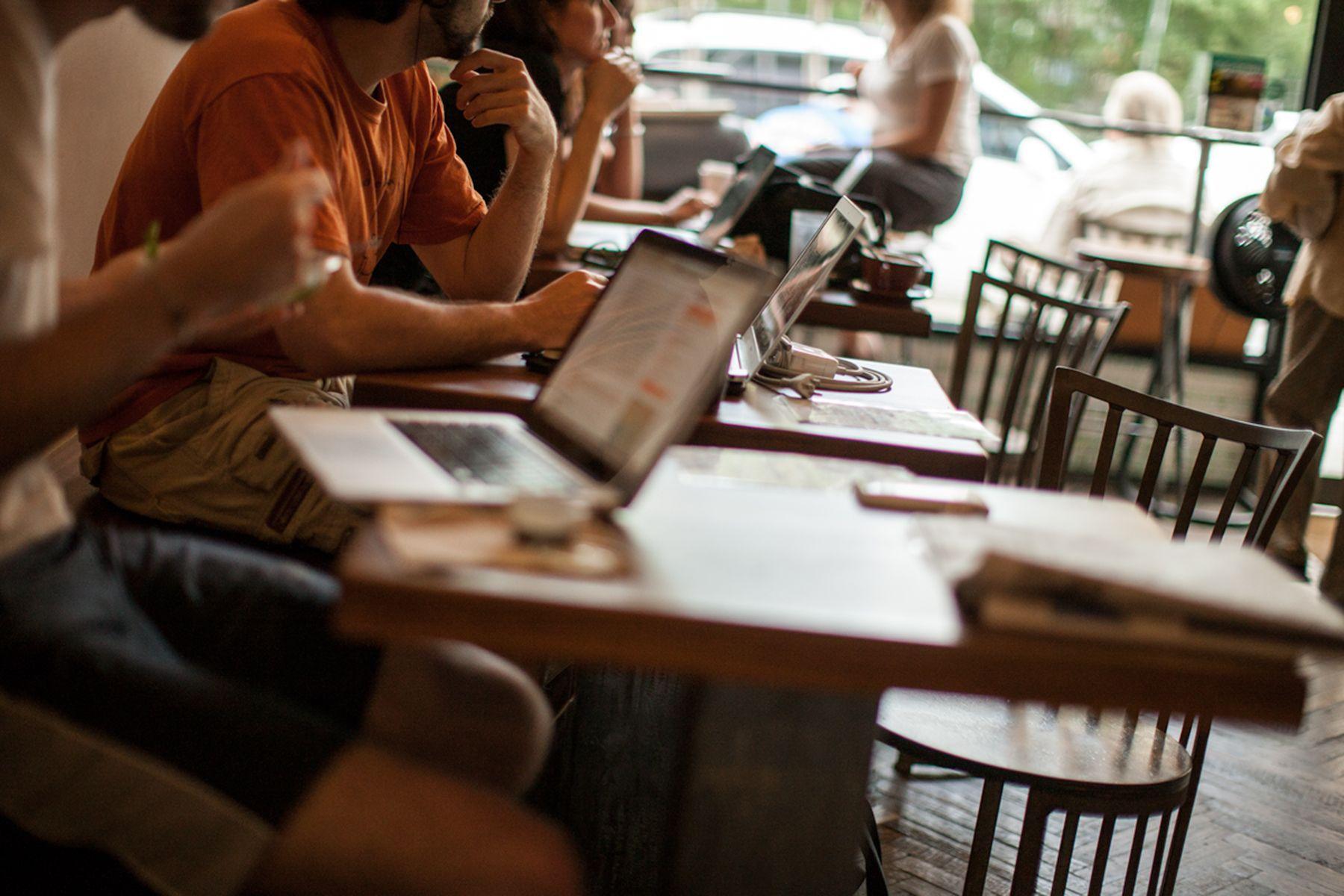 Café anti Wi-Fi a New York, alla riscoperta di quiete e contatto umano nell'era di Internet