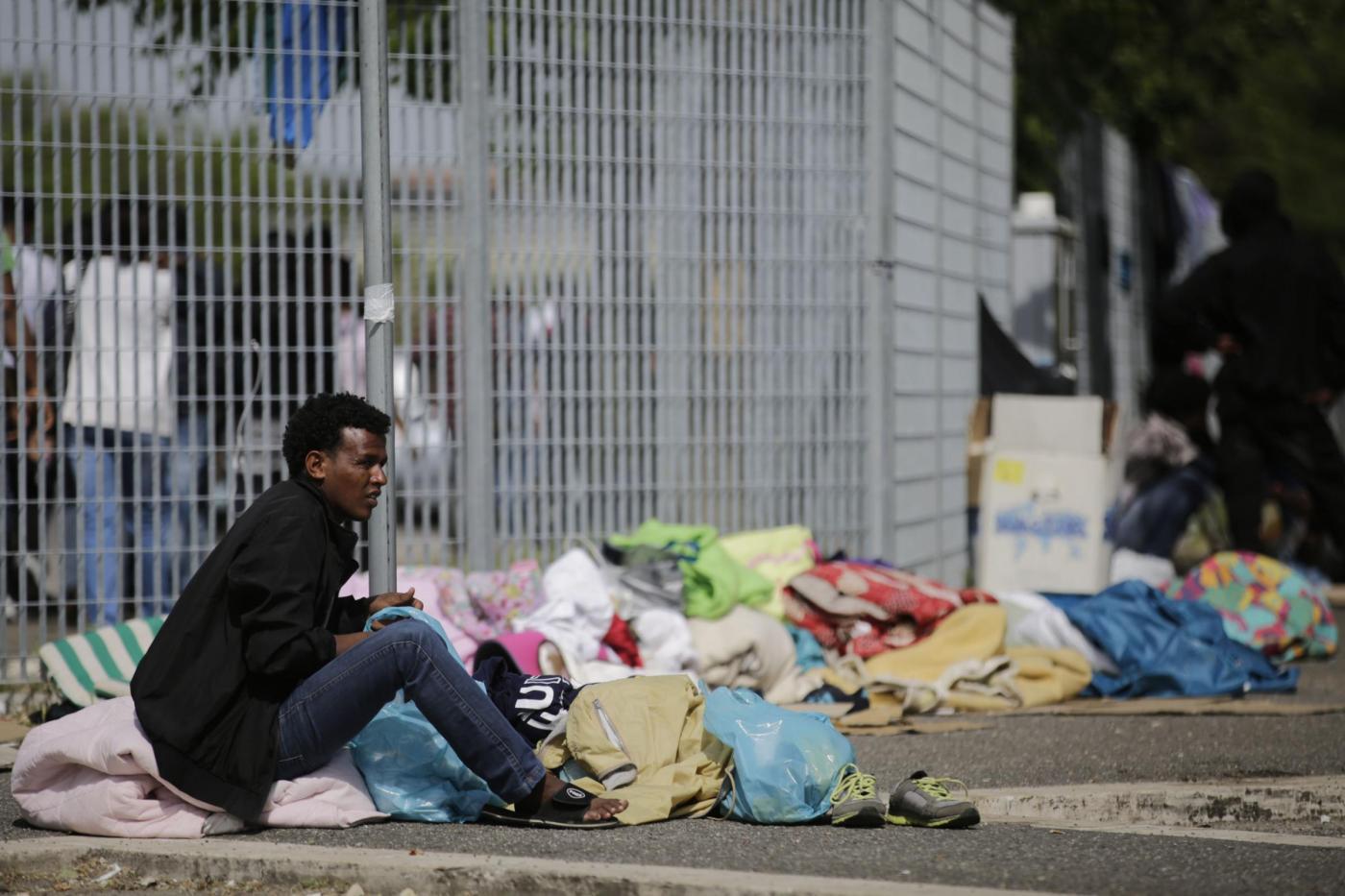 Gli immigrati cacciati dalle ruspe adesso dormono per strada