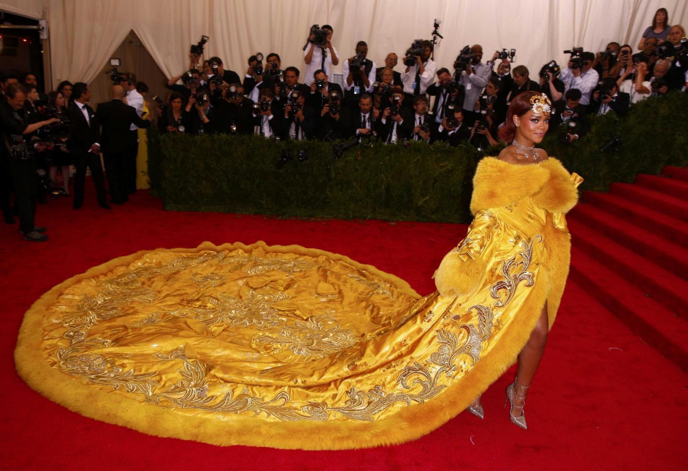 Rihanna al Met Gala 2015: sul vestito si scatena l'ironia del web