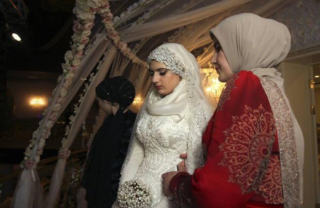 Nozze poligame tra il colonnello e la sposa 'bambina'