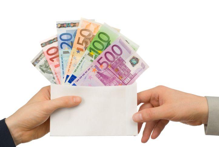 Stipendi: se l'azienda paga in ritardo deve risarcire il dipendente