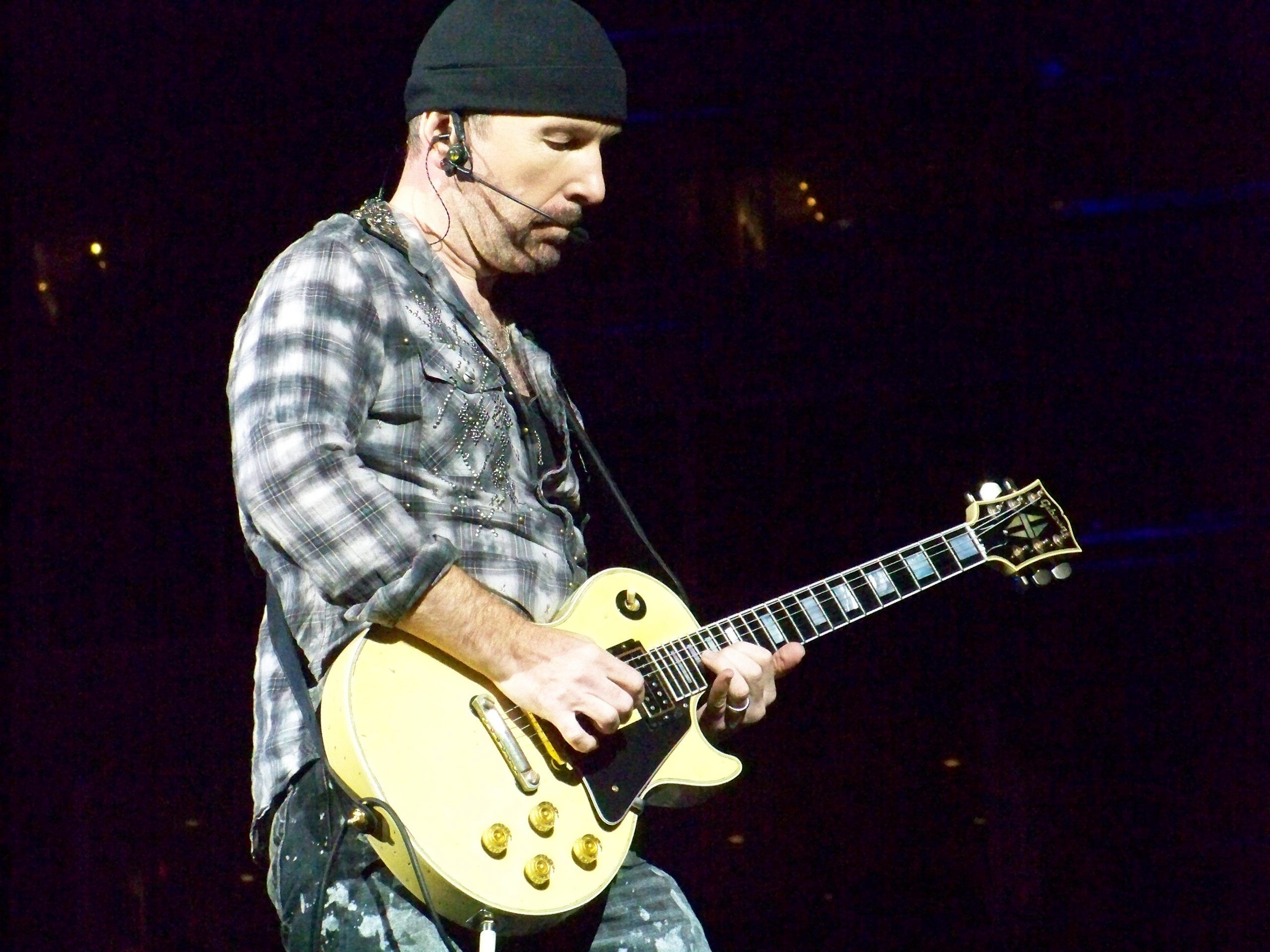 The Edge cade dal palco