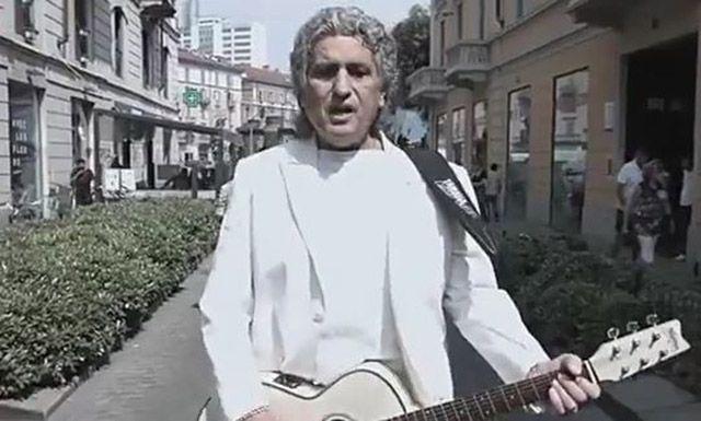 Toto Cutugno canta L'Italiano in cinese in via Sarpi a Milano