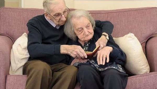 Lei soffre di demenza senile, lui 90enne ogni giorno ripete lo stesso straordinario gesto