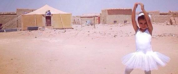 Popolo Saharawi in esilio da 40 anni: la foto di una bimba ballerina nel deserto algerino diventa virale