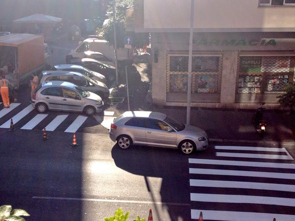 Roma: strisce pedonali dipinte intorno ad auto in divieto di sosta