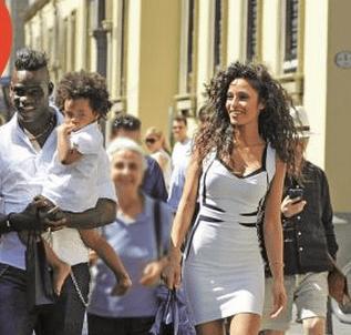 Mario Balotelli e Raffaella Fico: shopping a Milano con la figlia Pia
