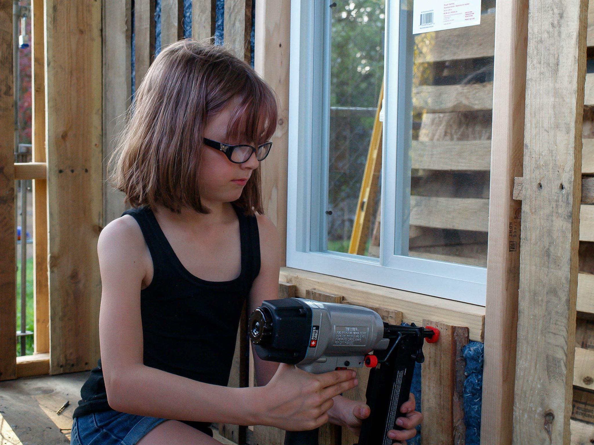 La bambina che costruisce case per i senzatetto