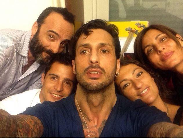 Fabrizio Corona rimane fuori dal carcere, ma attenzione ai selfie