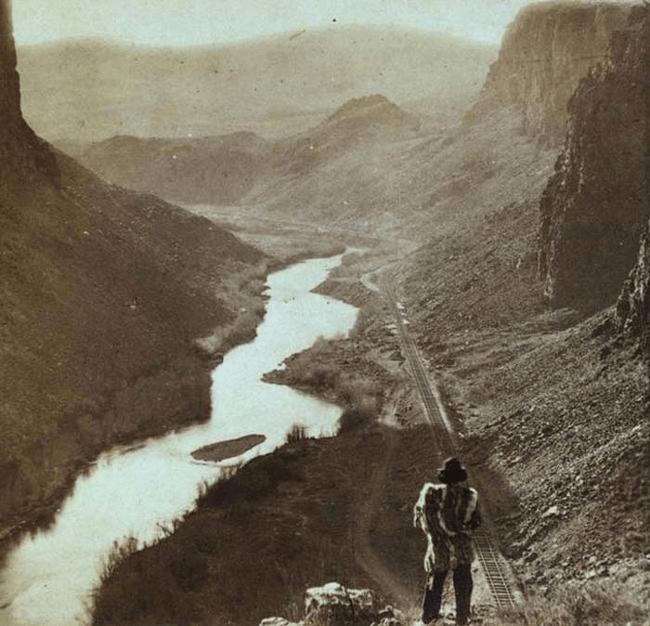 Nativo americano osserva la ferrovia transcontinentale