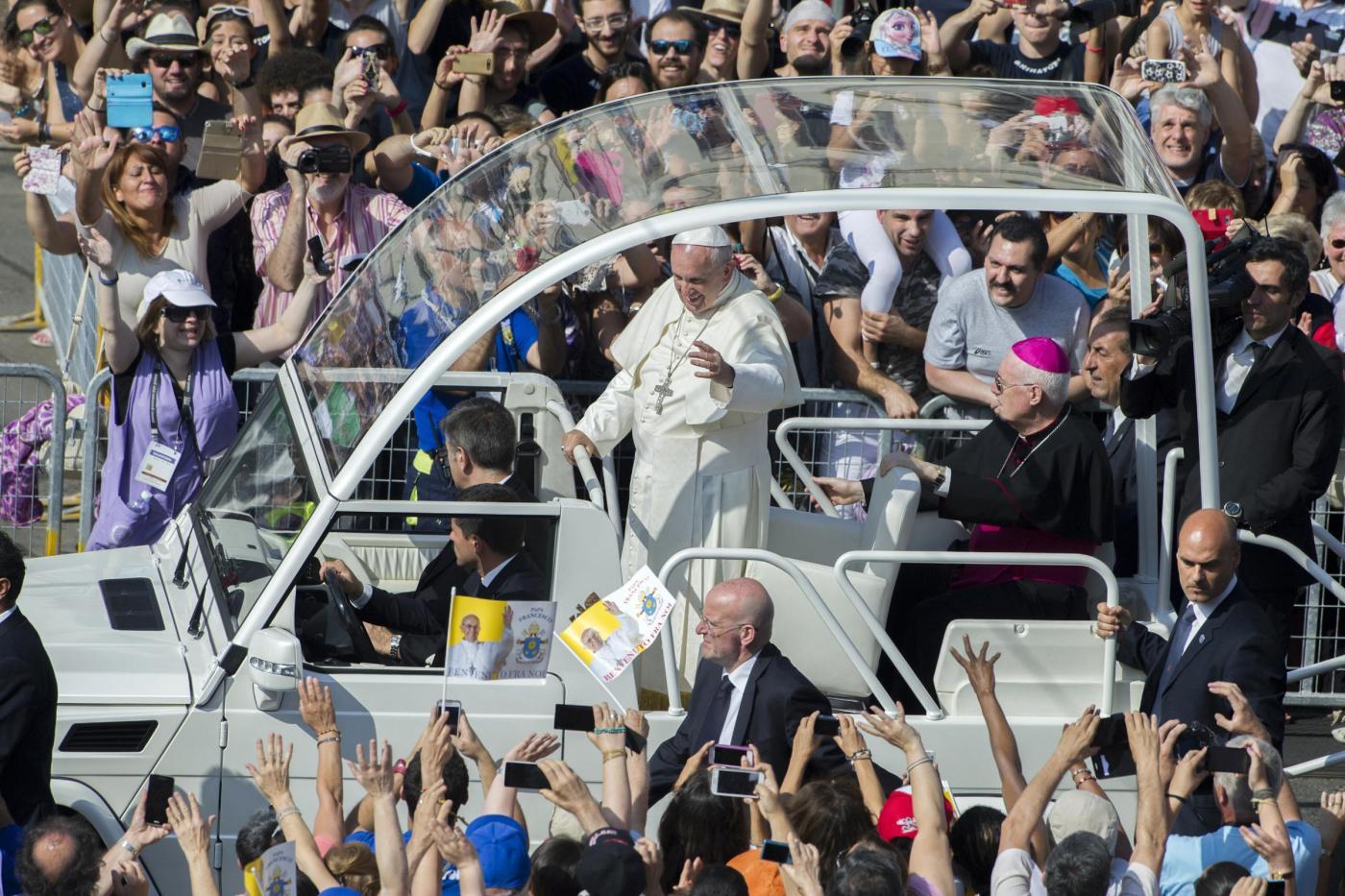 """Papa Francesco a Torino per la Sindone: """"Vicino a disoccupati, cassintegrati, precari"""""""