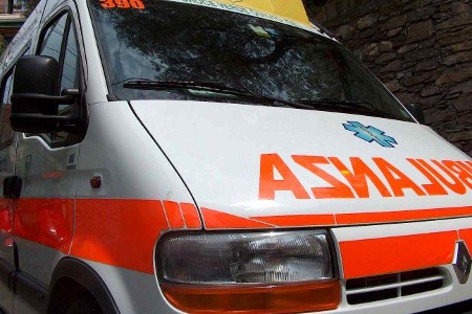 L'autista eroe del 118 che guida l'ambulanza con un infarto in corso per salvare una donna
