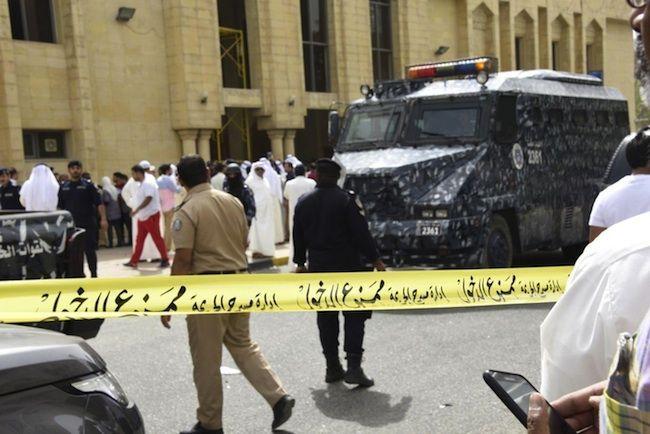 Isis, attentato suicida in una moschea in Kuwait: più di 25 i morti