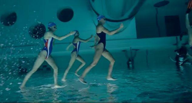 Le ballerine di nuoto sincronizzato che camminano sull'acqua [VIDEO]
