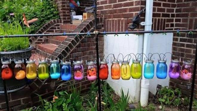 Questa coloratissima decorazione del giardino è costata una valanga di insulti alla padrona di casa
