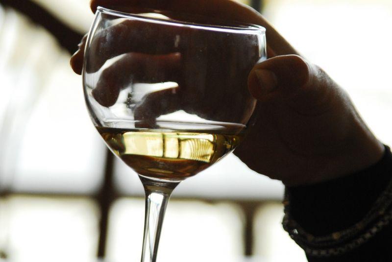 Il vino fa bene al cuore, anche quello bianco