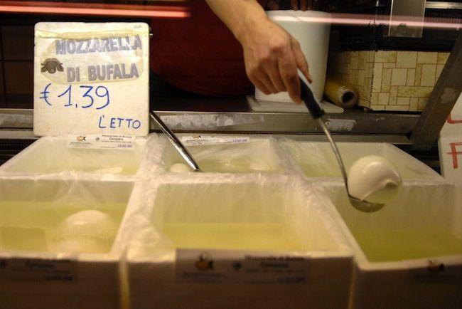 L'UE ci diffida, vuole che produciamo formaggio senza latte