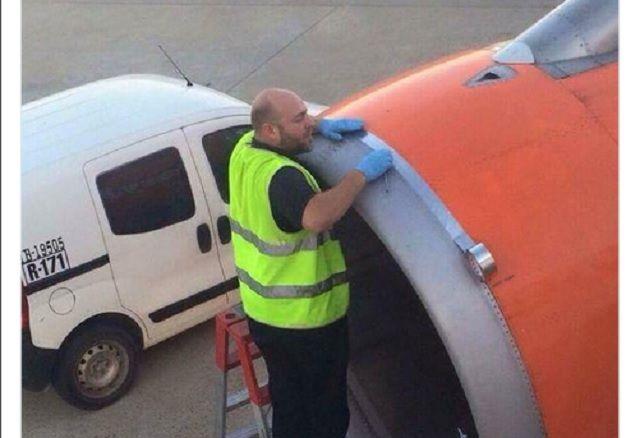 """Il tecnico ripara l'aereo con il nastro adesivo, la compagnia: """"Normale manutenzione"""""""