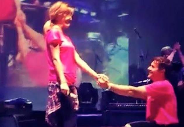 Paolo Meneguzzi si sposa: la proposta alla fidanzata Linda Donati durante un concerto