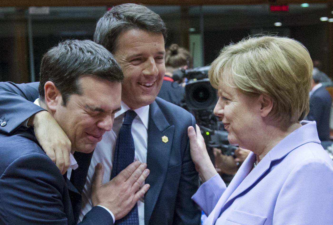 Renzi, Tsipras e la Merkel: siparietto curioso al Consiglio Europeo