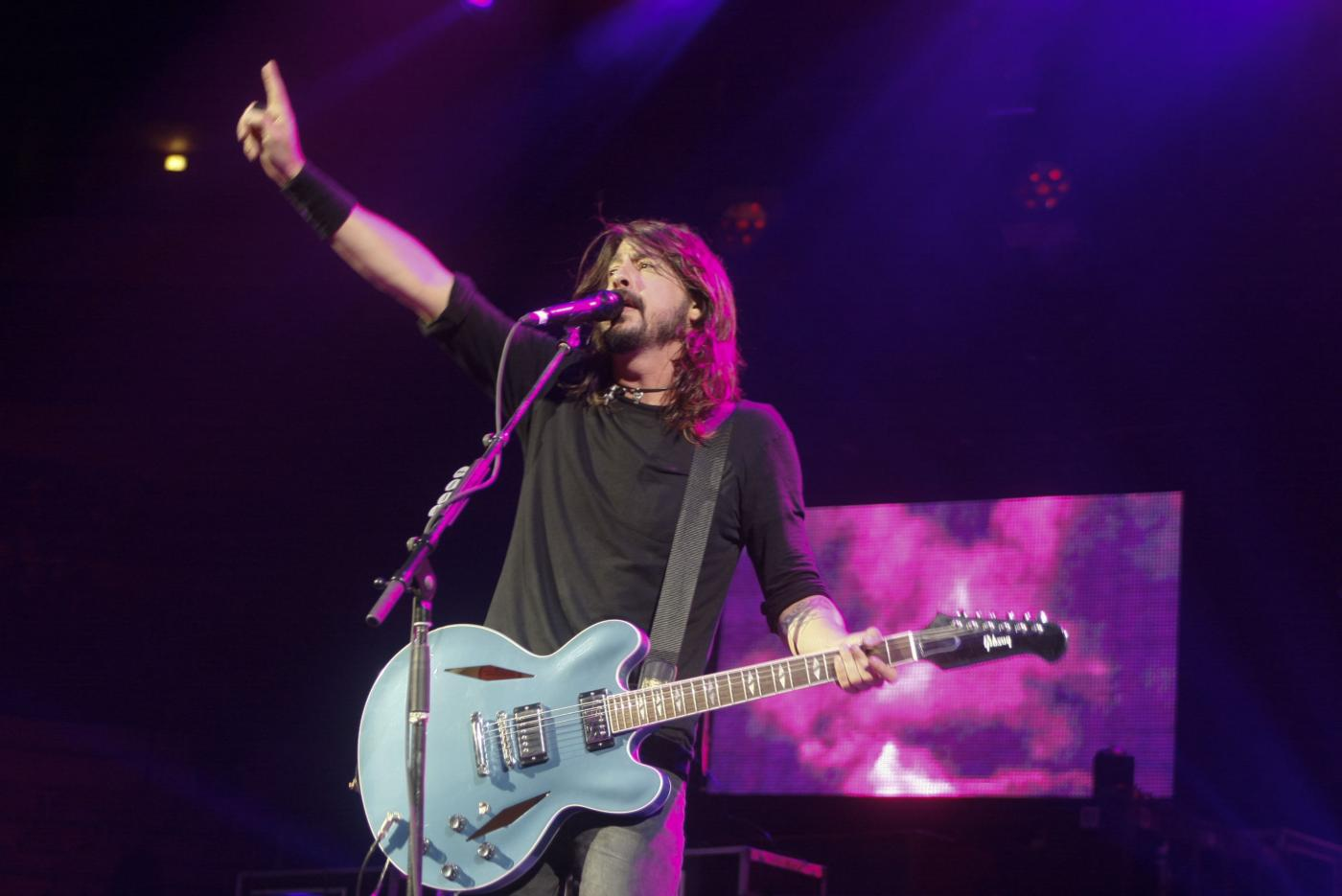 Dave Grohl si rompe una gamba sul palco ma il concerto dei Foo Fighters continua