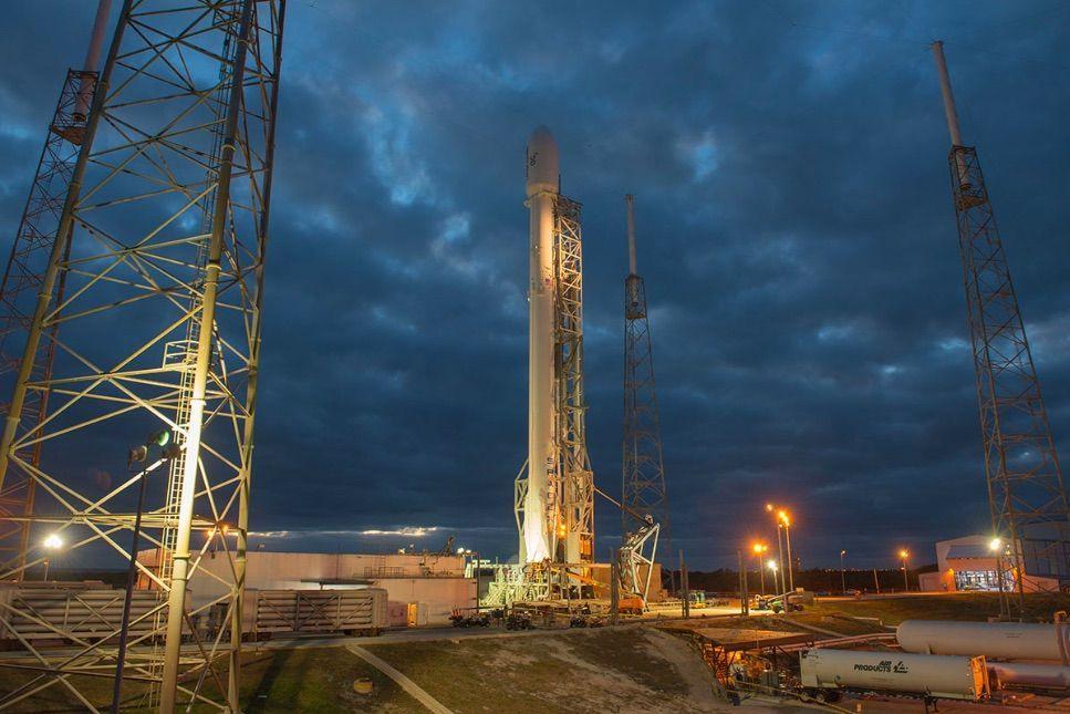 Razzo SpaceX rientra a Terra con un atterraggio controllato