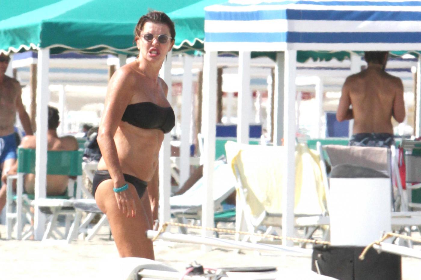 Alba Parietti contro i paparazzi: l'attrice non gradisce i fotografi in spiaggia